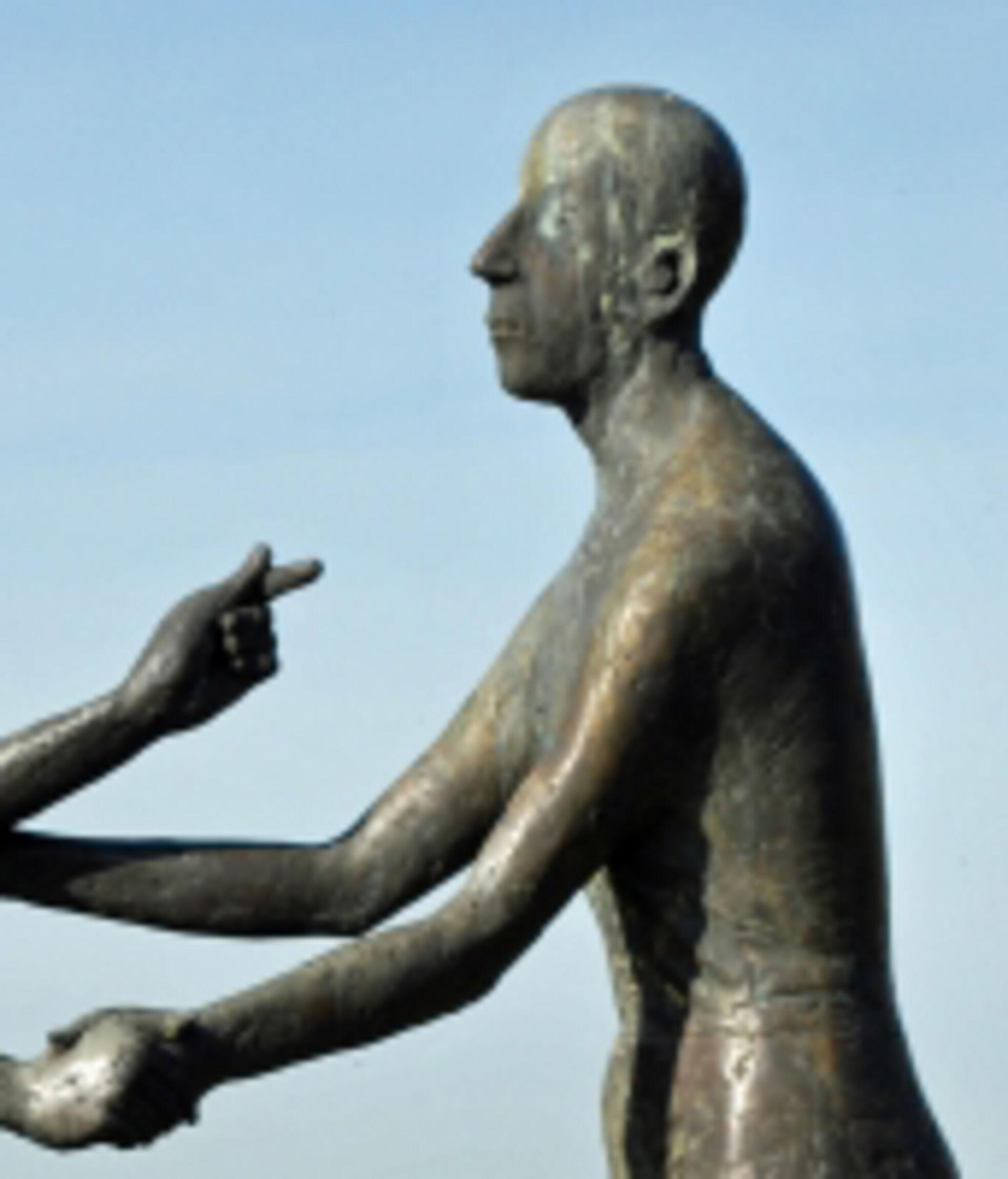 Höchste-Gebot-Statuen-aus-Stein_kopf_rechts