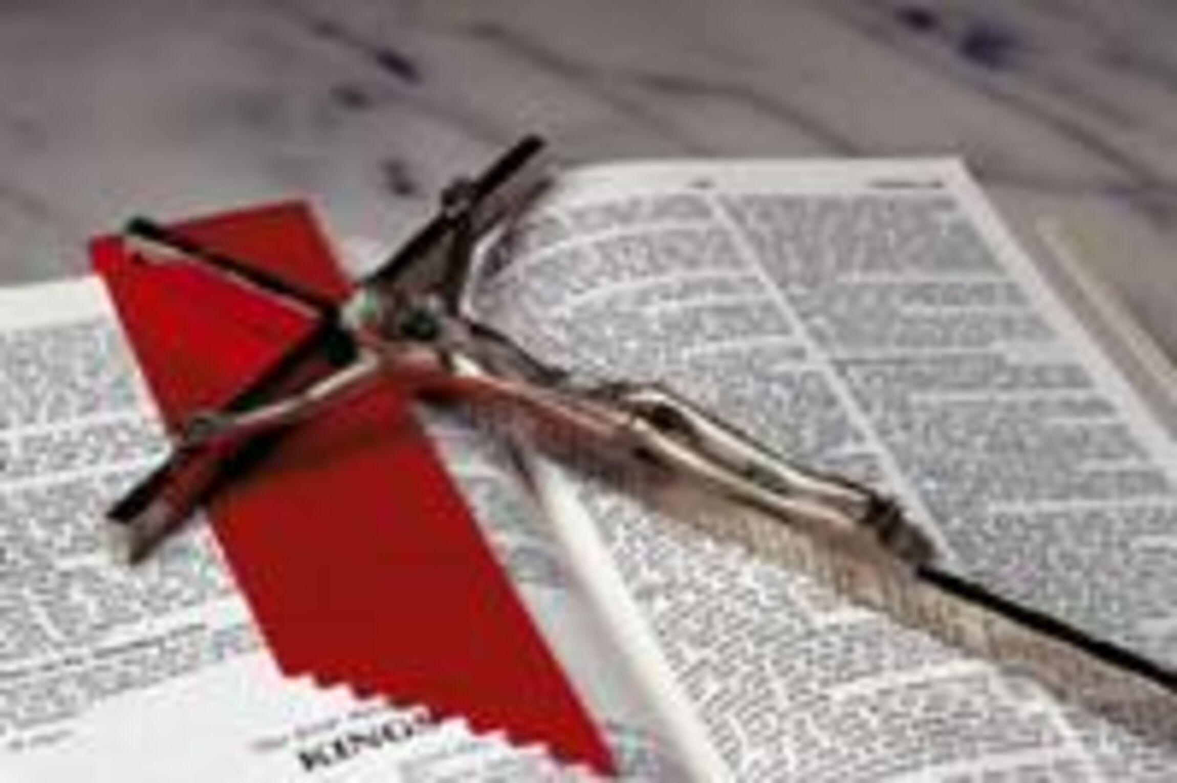 bibel_mit_kreuz