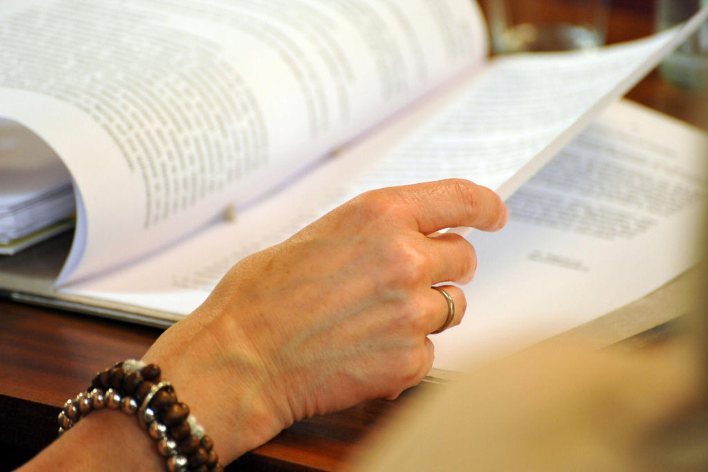 akten-lesen-hand-mit-armband