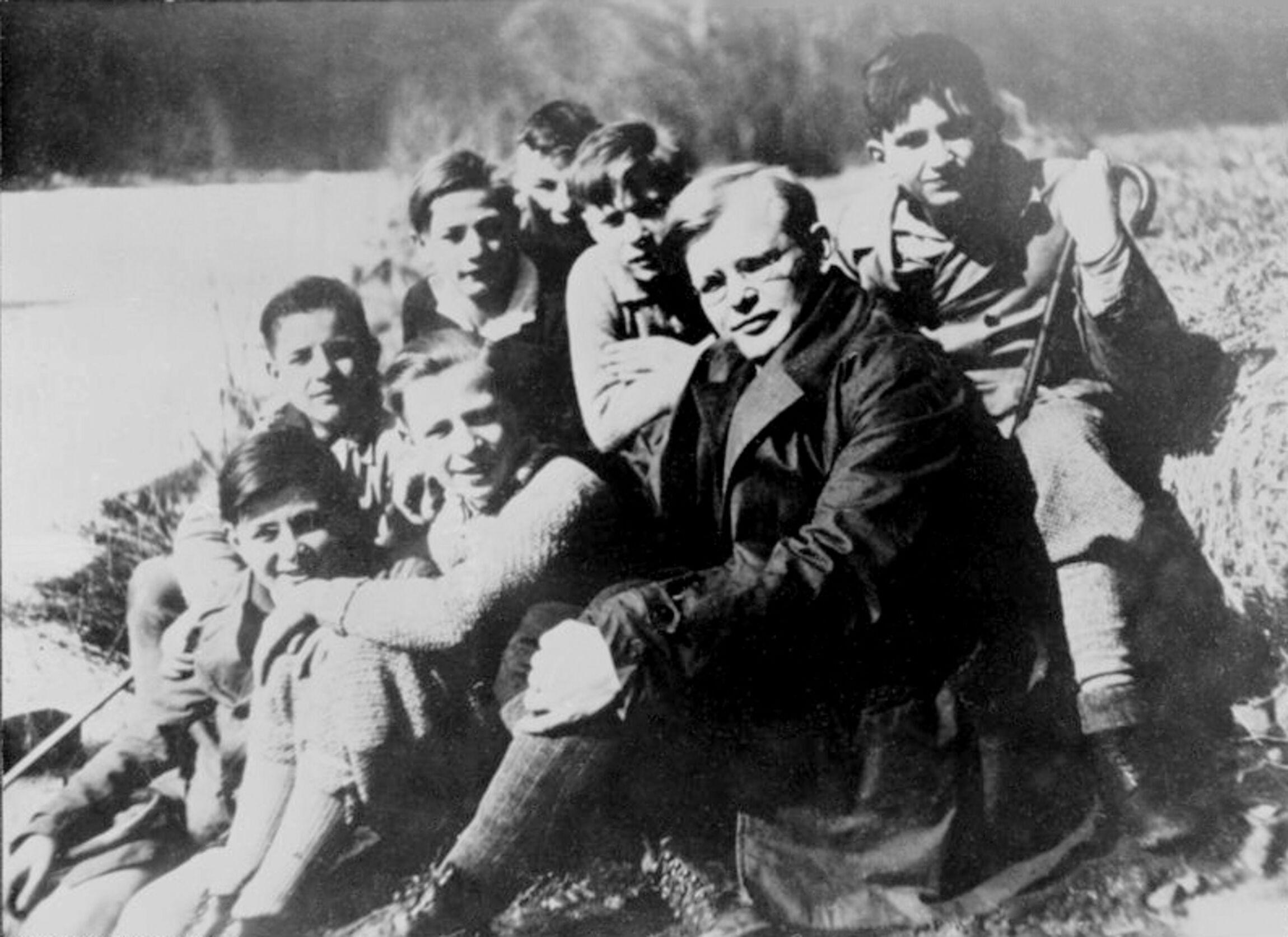 Dietrich Bonhoeffer mit Schülern (1932)