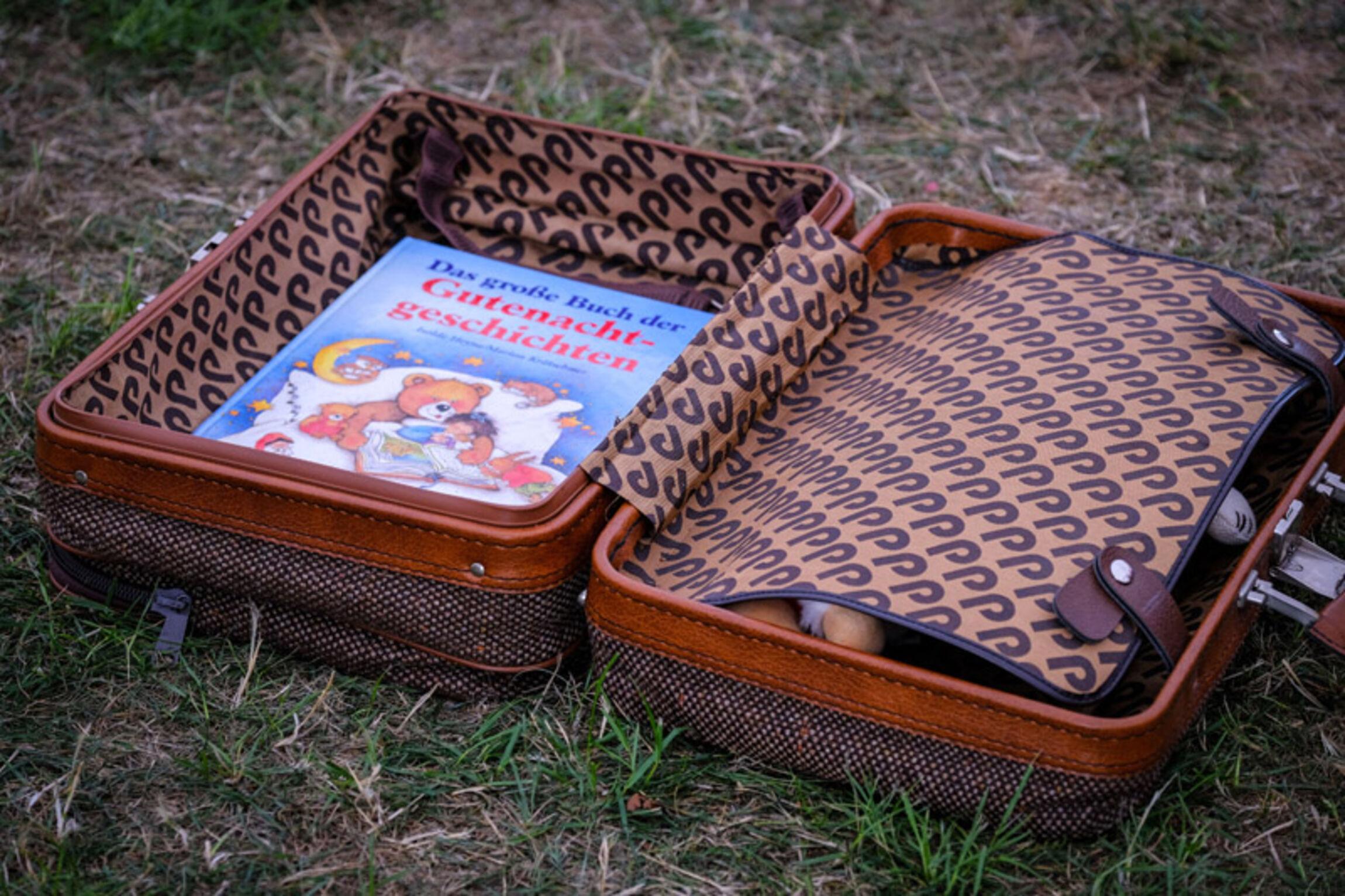 Im Gute Nacht Geschichten Koffer kann man an fast jedem Abend in der Woche eine neue Gute-Nacht-Geschichte bei Kirche Unterwegs entdecken. Foto Jens Schulze