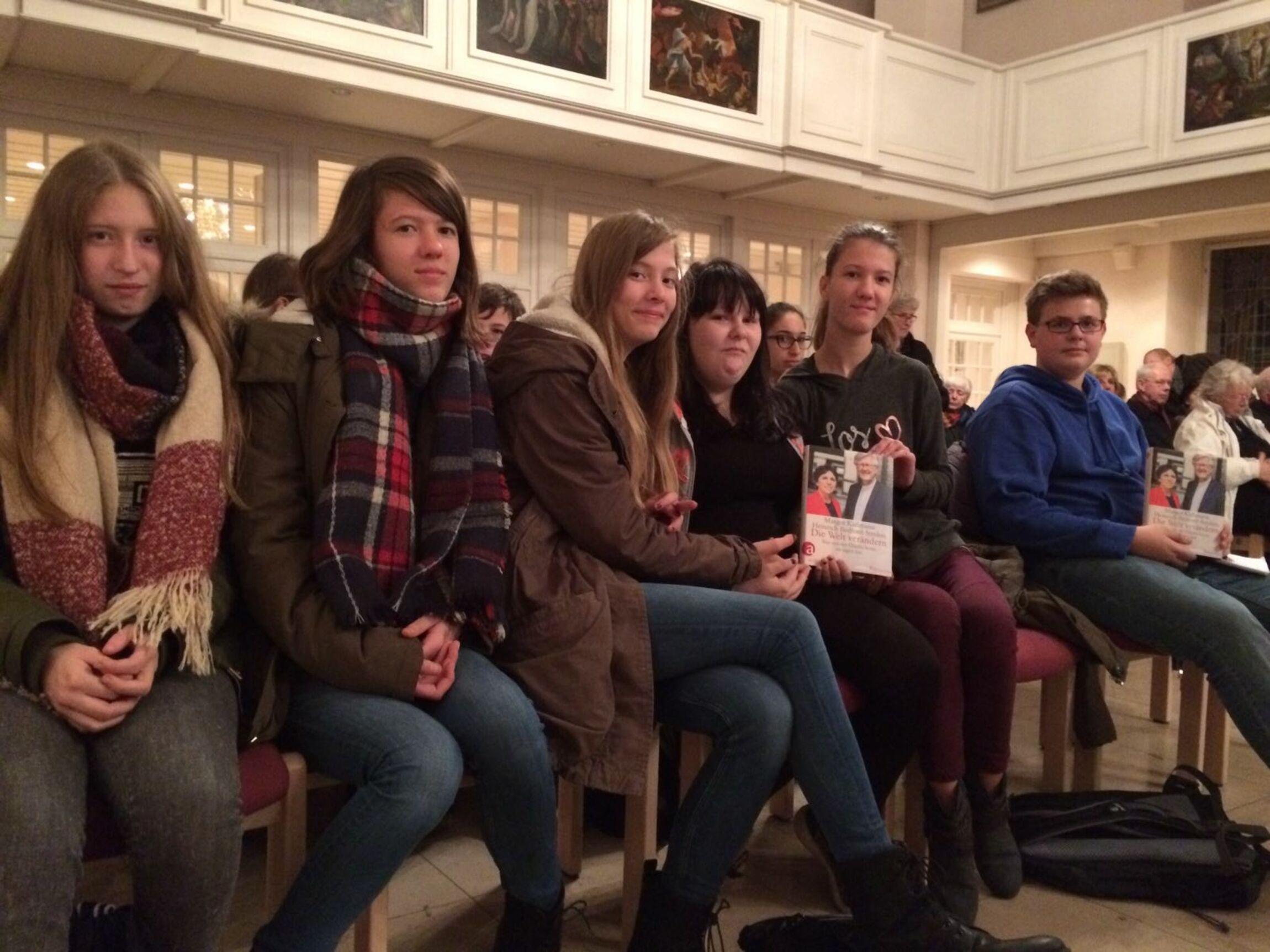 Schüler*innen der Evangelischen IGS Wunstorf bei der Buchvorstellung von Margot Käßmann