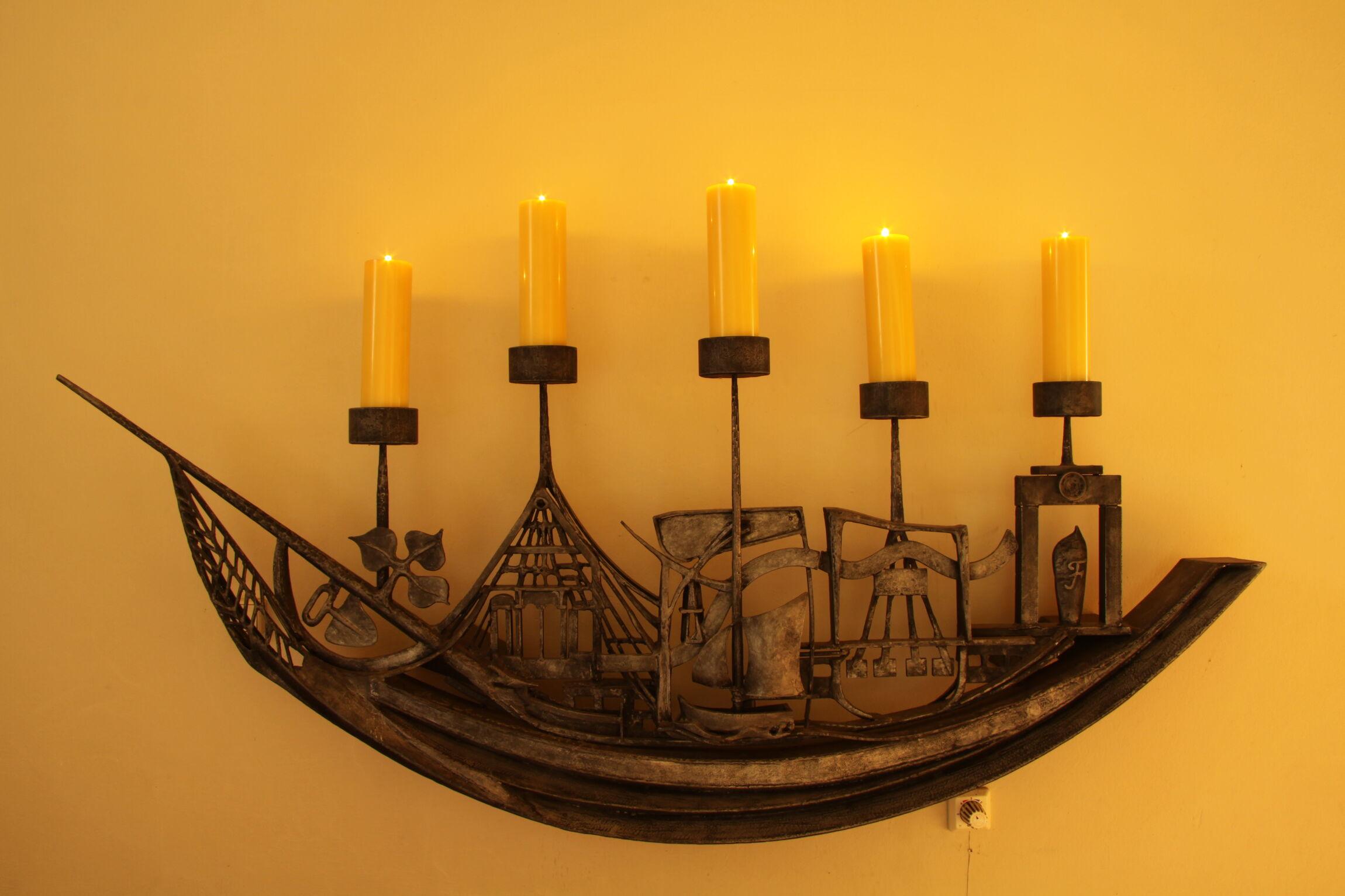 Das Schiff mit fünf Kerzen stellt die fünf Ortschaften der Kirchengemeinde dar.