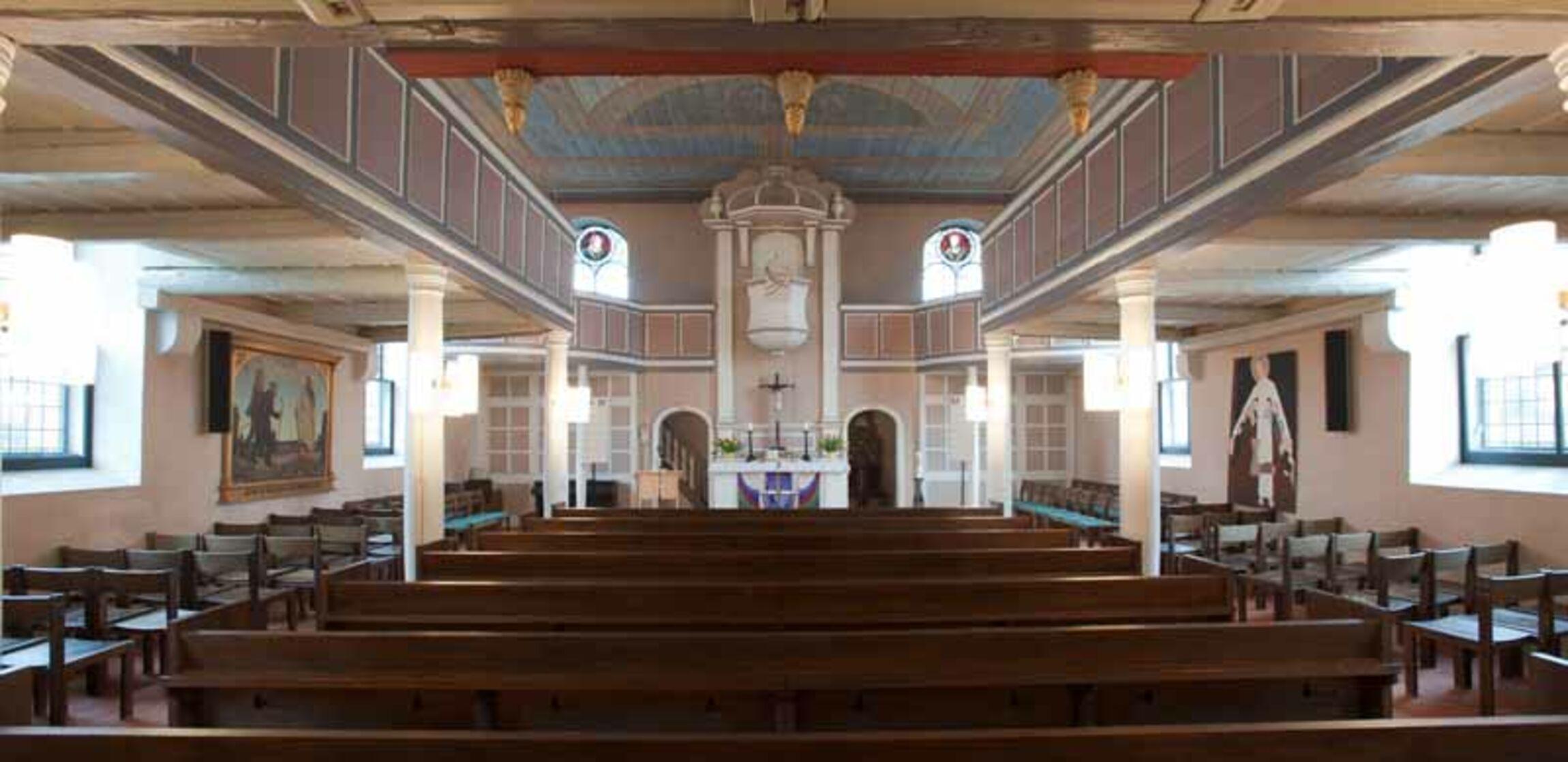 Blick in Kirche von Taufkapelle