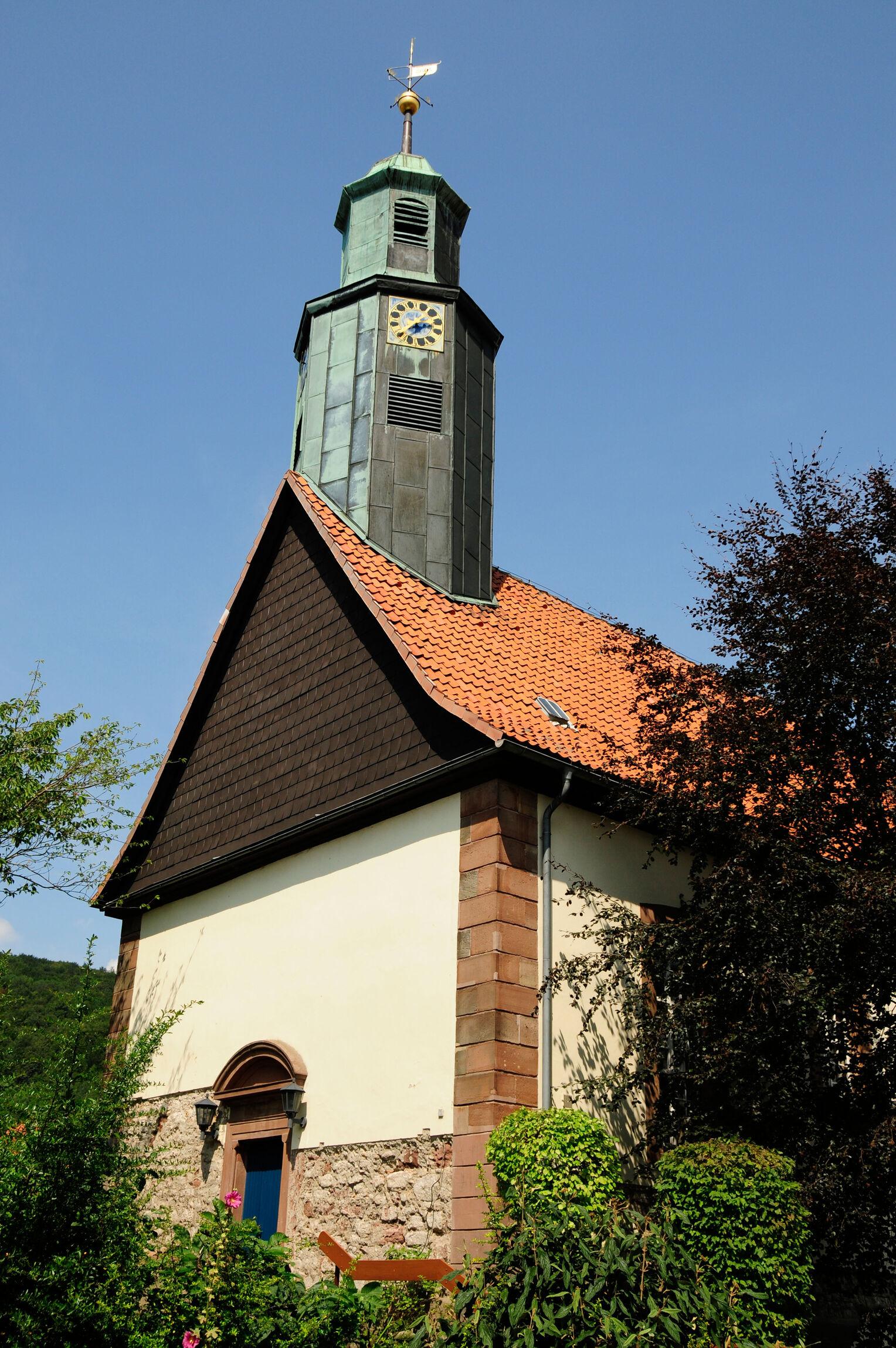 Kirche außen Hochformat