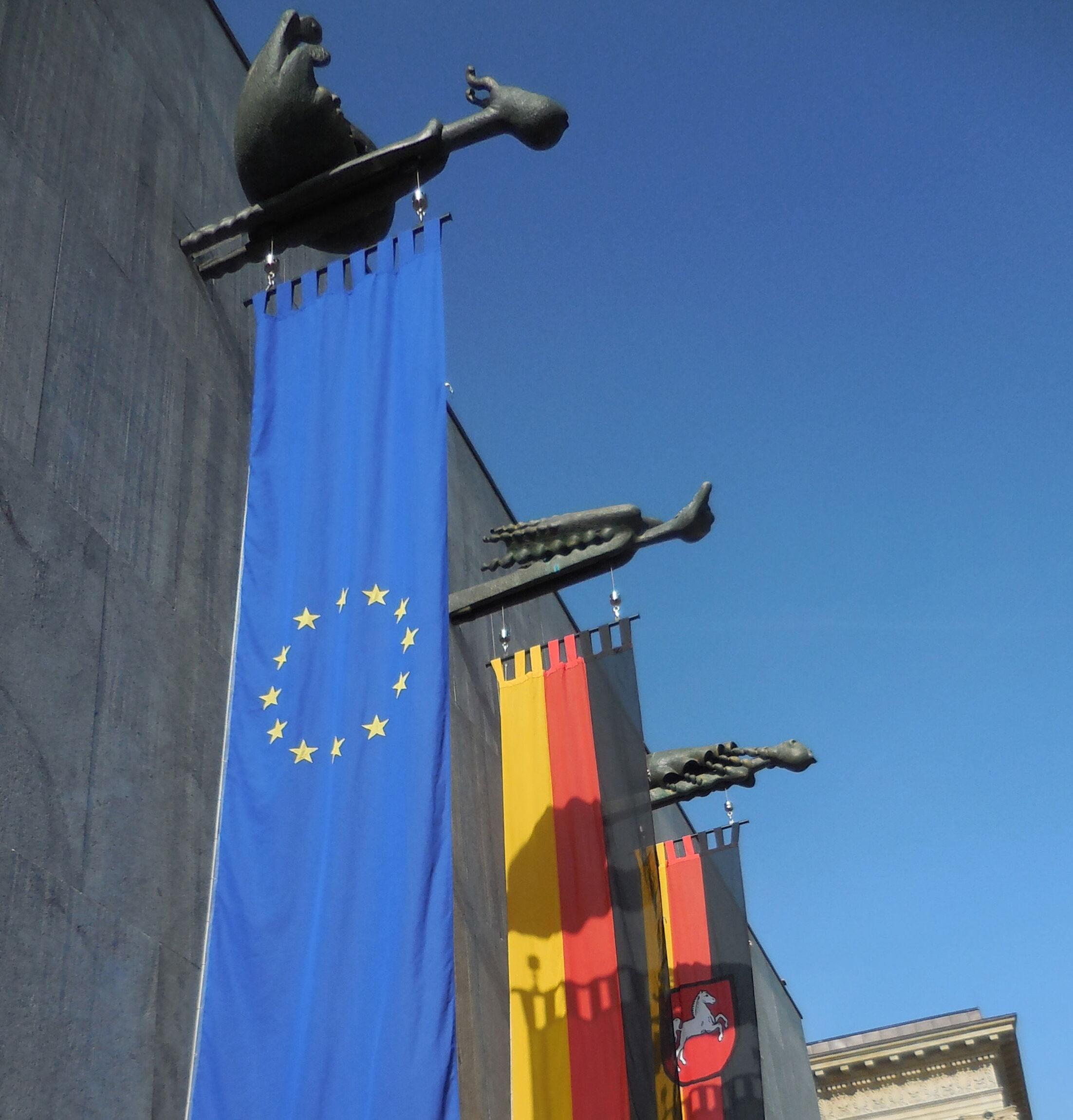 Plenarsitzung - Flaggen vor dem Landtag