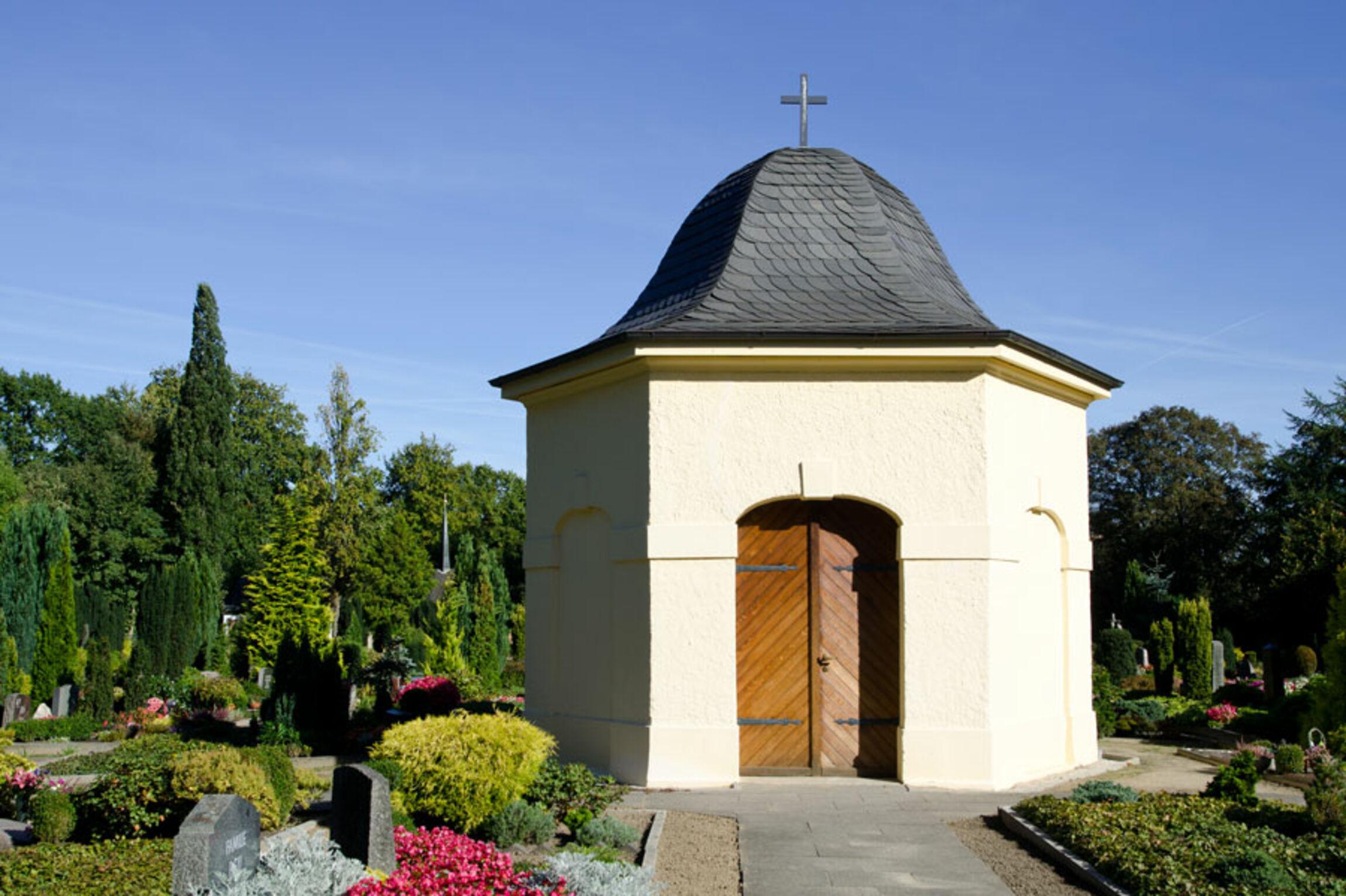 Das alte Kapellengebäude auf dem Freidhof.