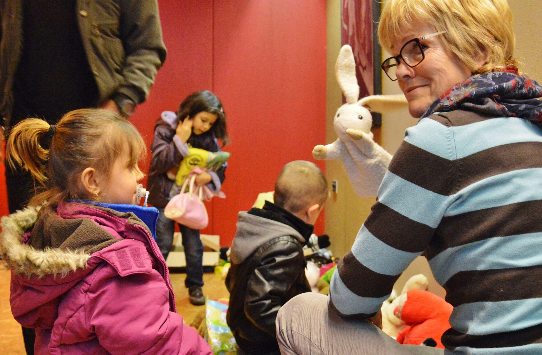 Die Kinder interessierten sich mehr für das Spielzeug als für die Kleidung