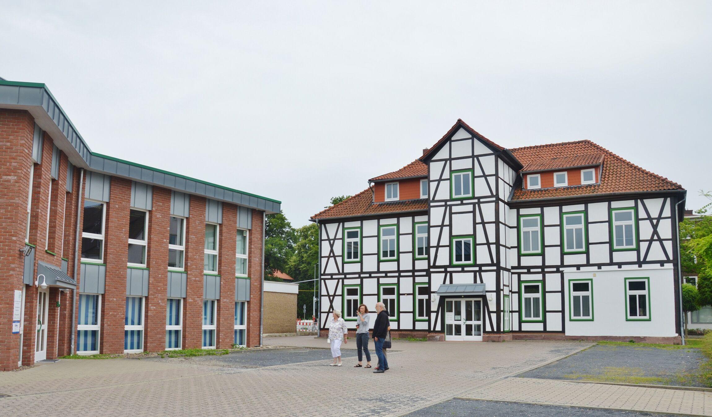 Zwei der drei Gebäude des Kirchenamtes, in enen inzwischen deutlich mehr Betrieb herrscht