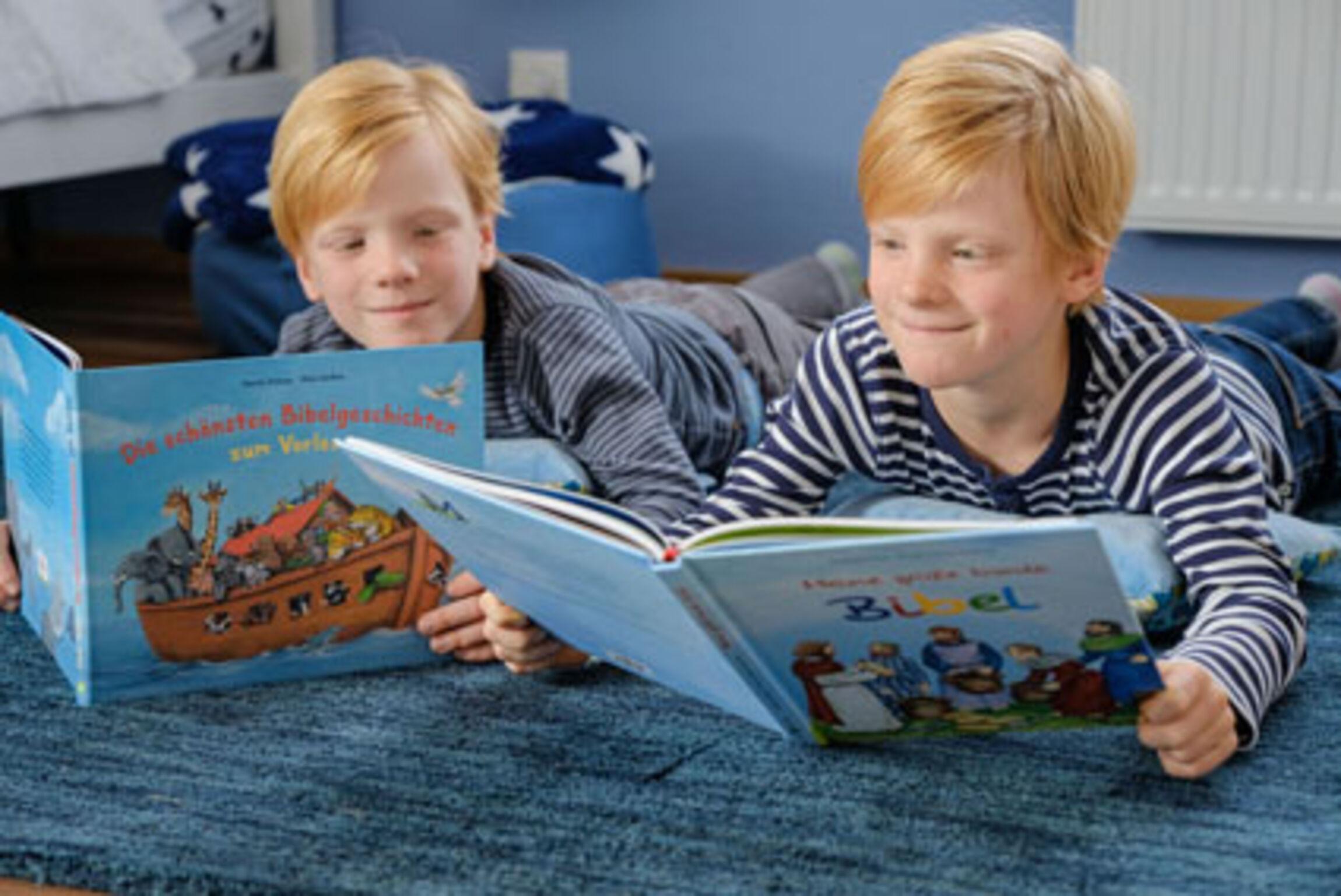 Die Zwillinge Finn und Ryan lesen die Kinderbibel (Foto: Jens Schulze)