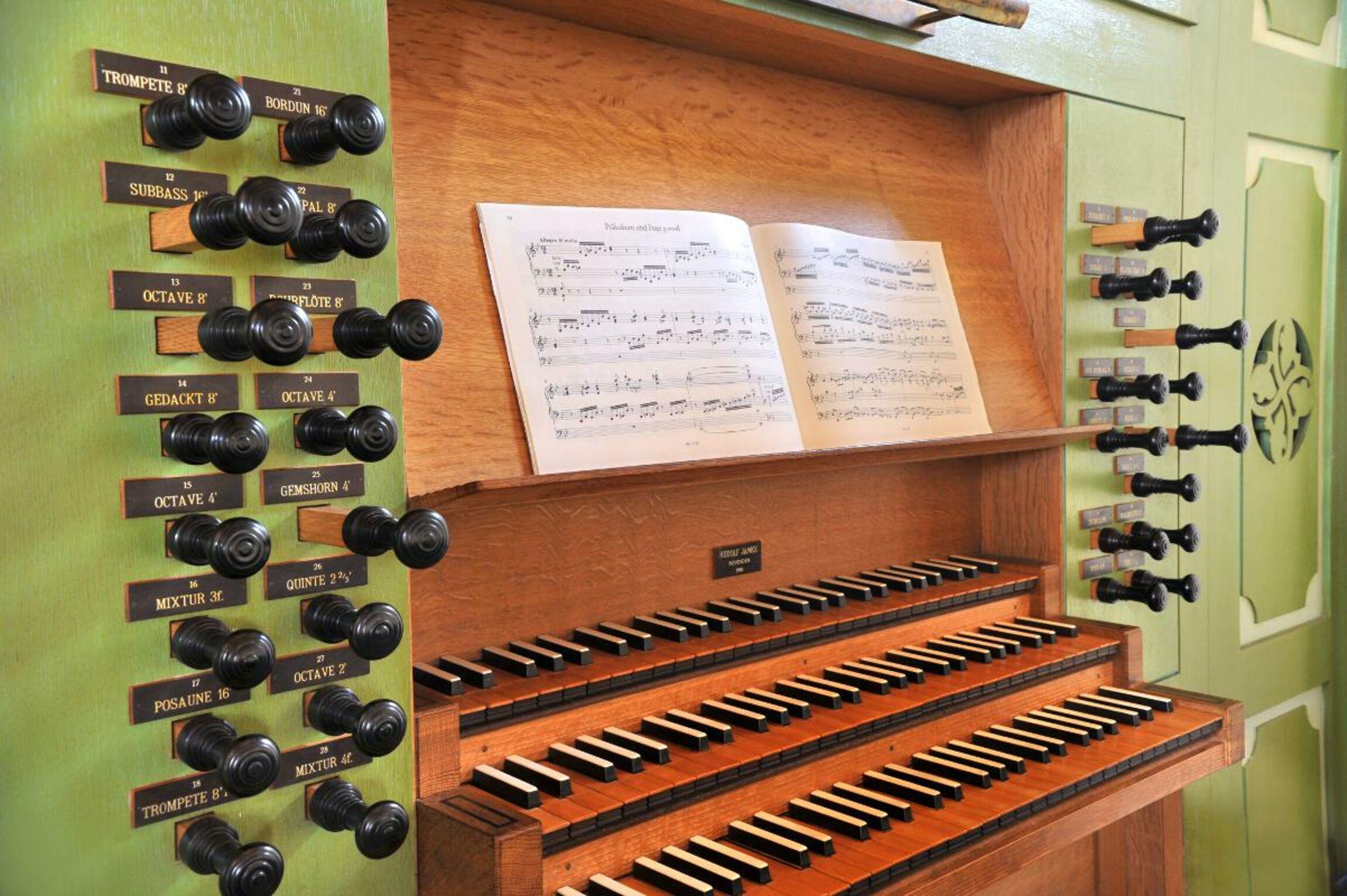 Orgel-Kroeger-Spieltisch von links-i