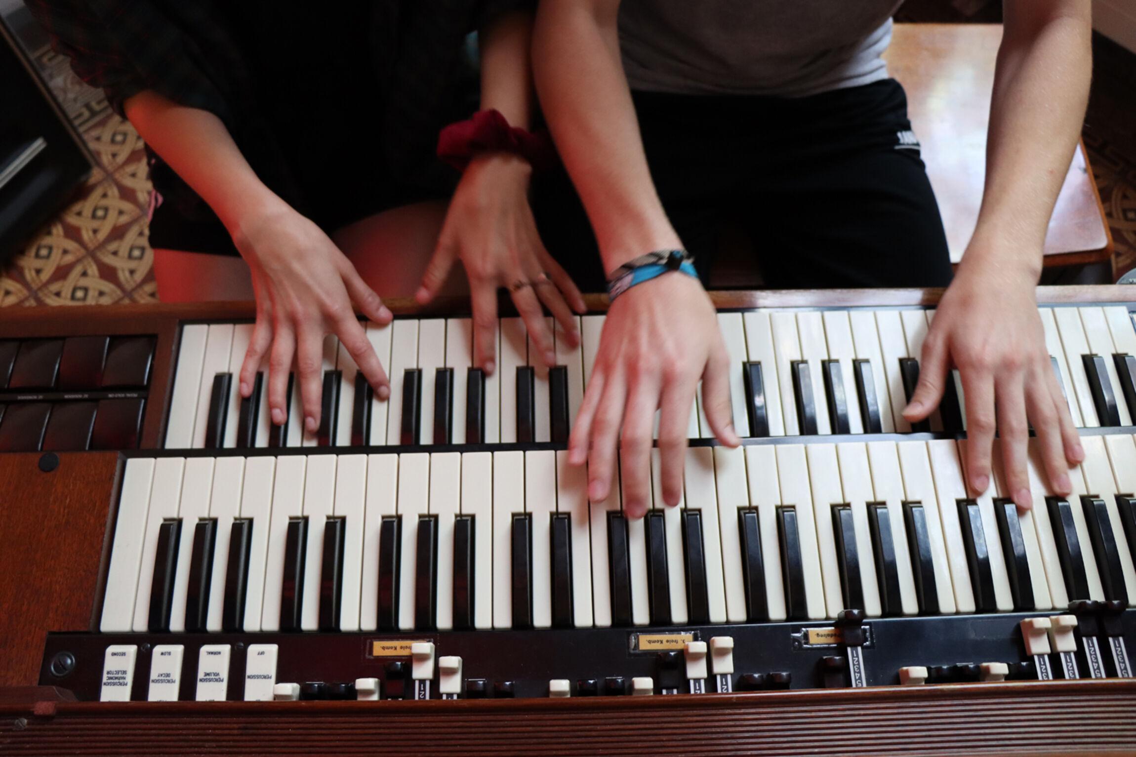 Hände auf Klaviatur