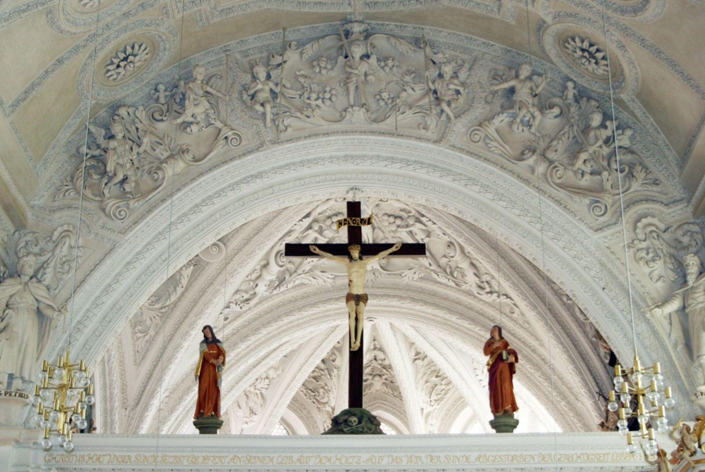 Triumphbogen mit Kreuzigungsgruppe