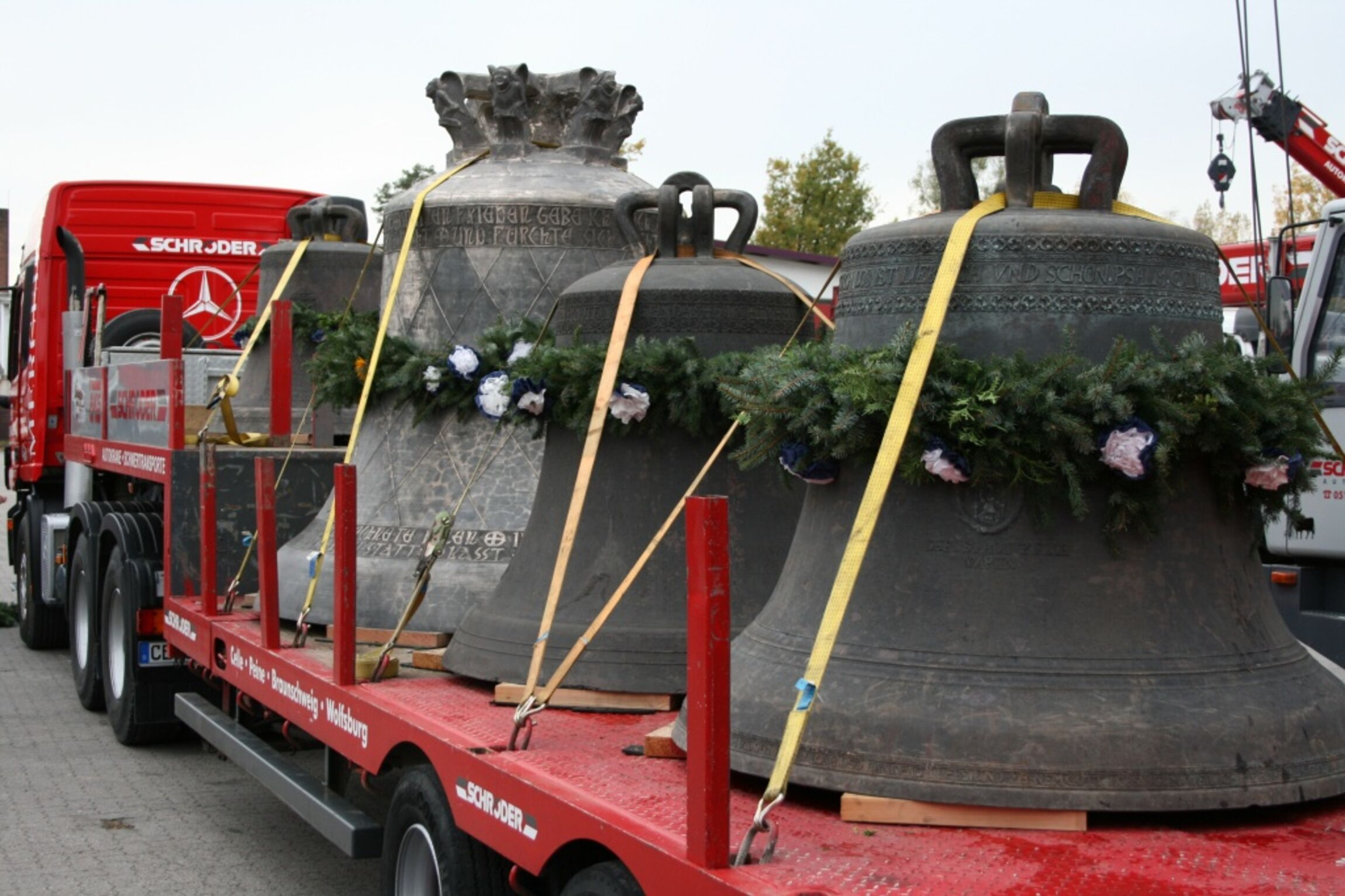 Ankunft Friedensglocke mit renovierten historischen Glocken
