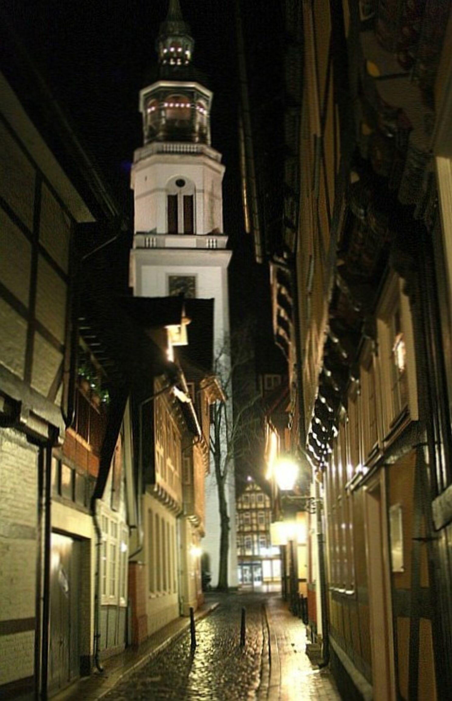 Stadtkirchturm bei Nacht - Blick aus Kalandgasse