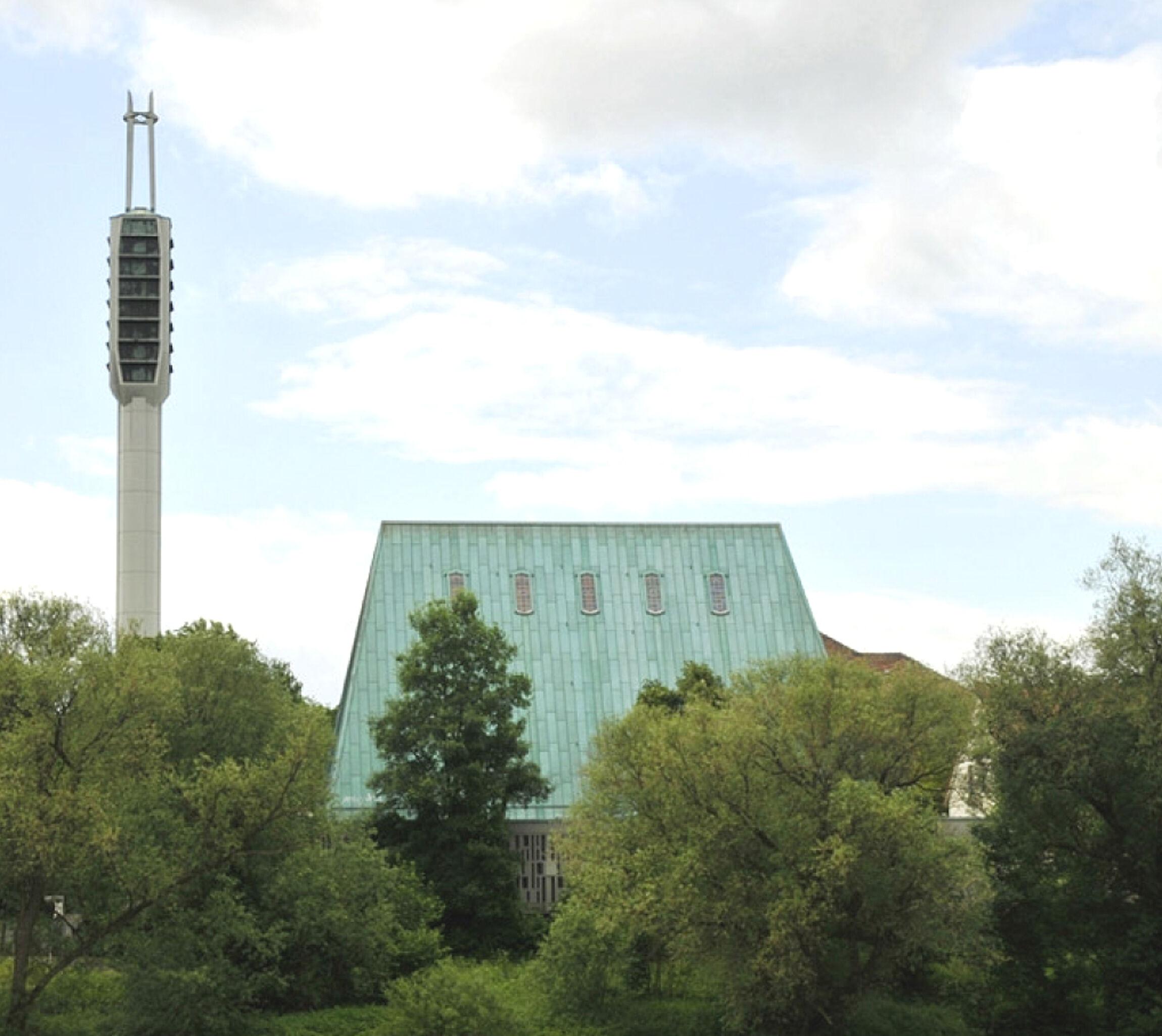 Am Ufer der Leine ragt das steile Walmdach der Gerhard-Uhlhorn-Kirche auf.