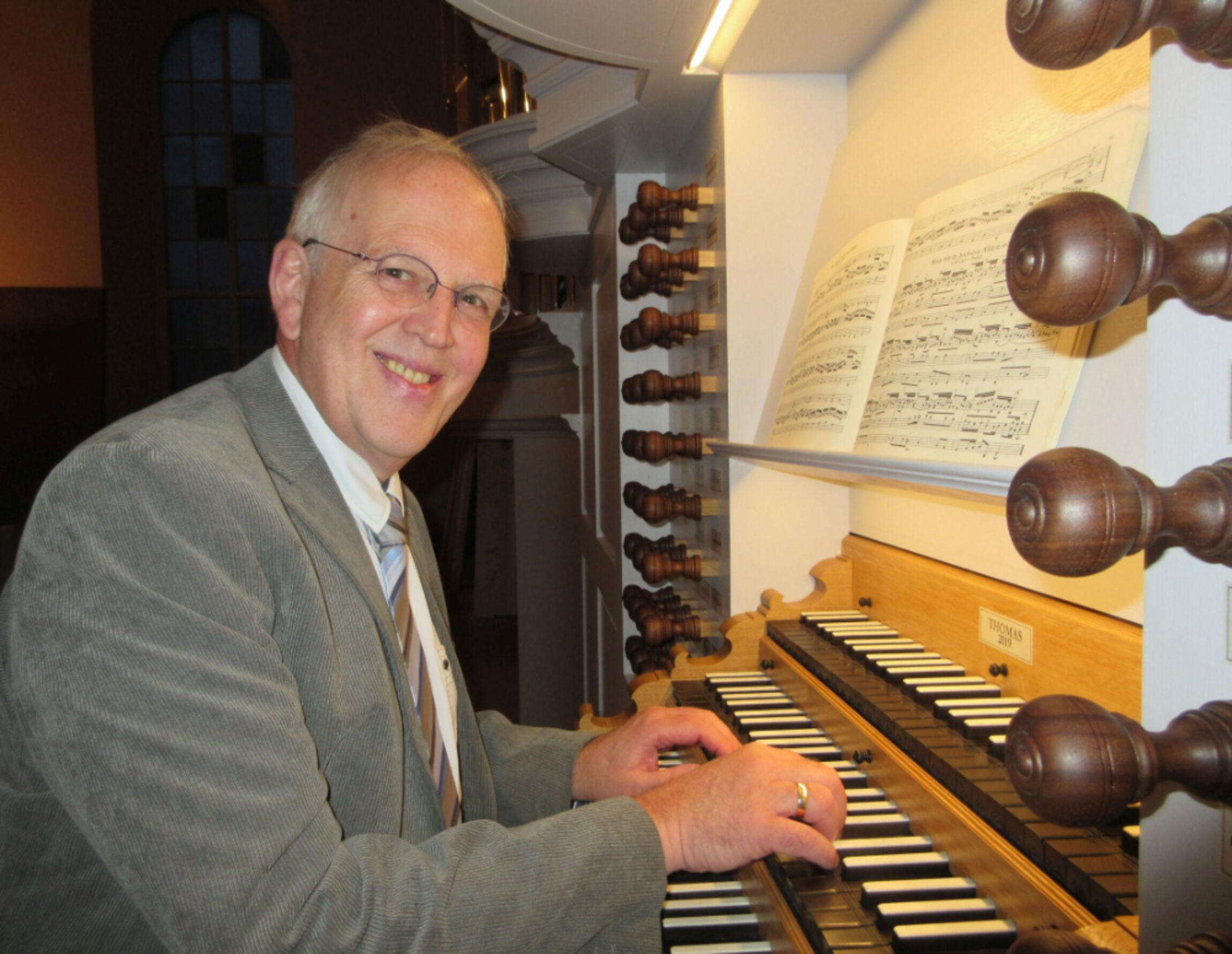 Lothar Mohn an der Orgel