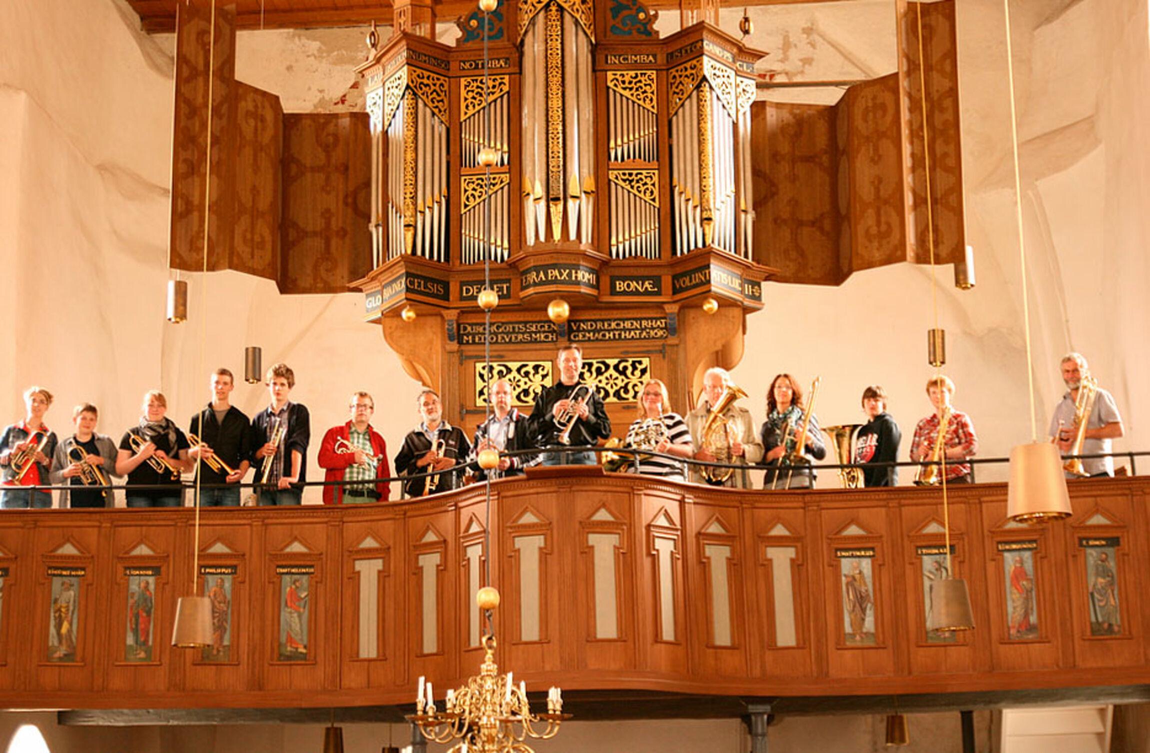 Der Posaunenchor Osteel-Leezdorf vor der Orgel in Osteel