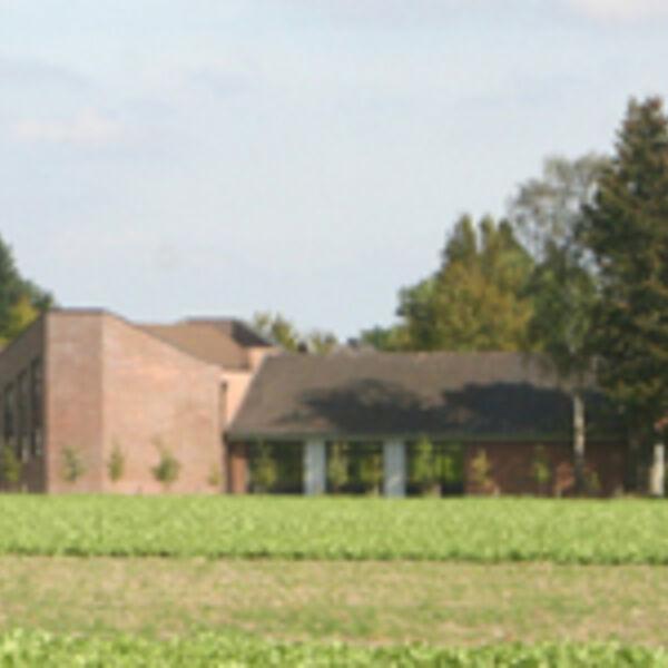 39_Epiphaniaskirche_2011_vom_Feld