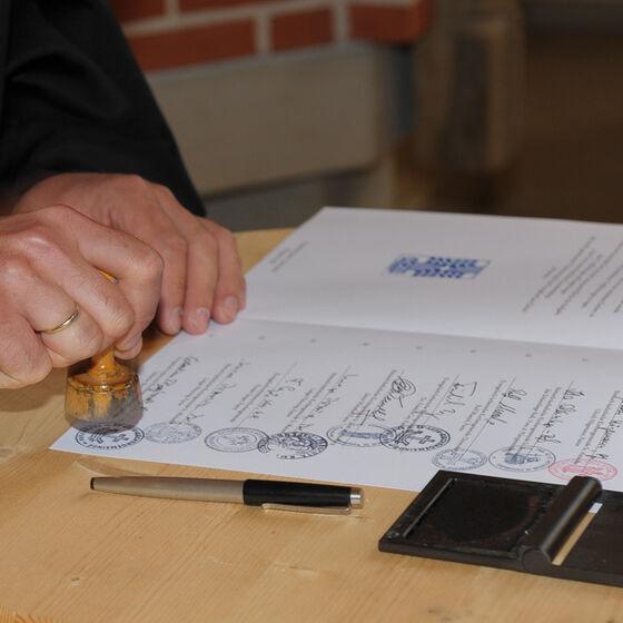 Siegelung der Urkunde