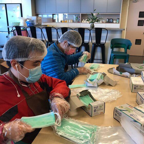 Blinde Angestellte bei der Herstellung von Atemschutzmasken