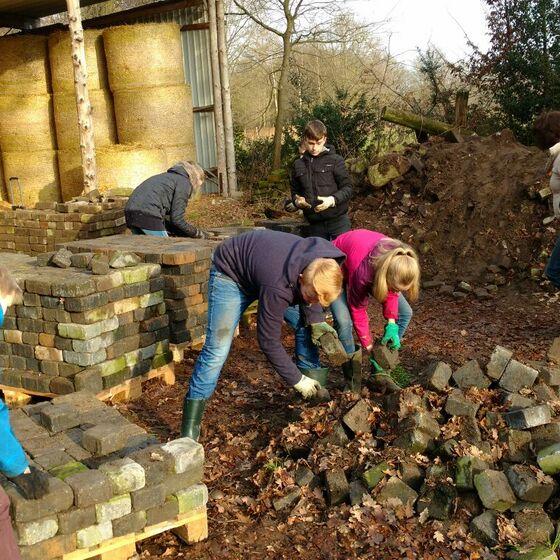 7b verräumt Steine auf Bauernhof (Brink) - Sozialer Tag