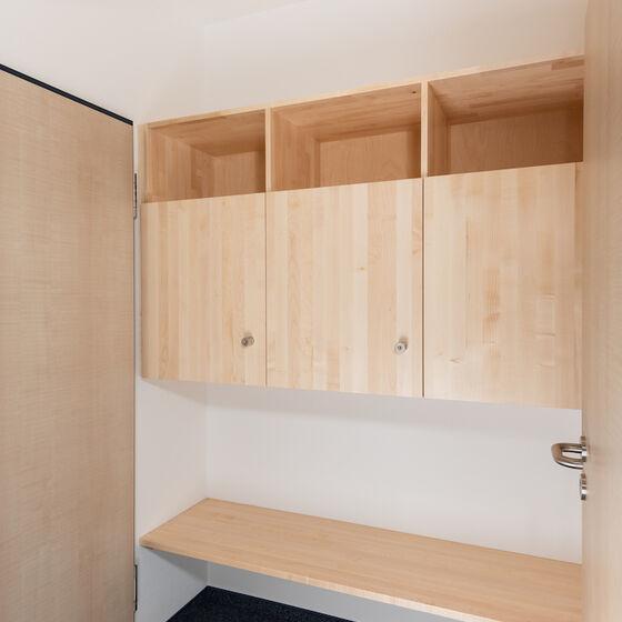 Vorraum Zimmer Haus 3 mit Schränken und Gepäckablage