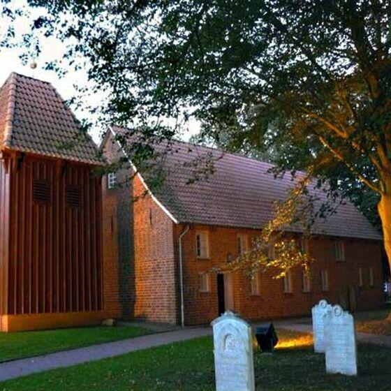Kirche mit Licht bei Dämmerung