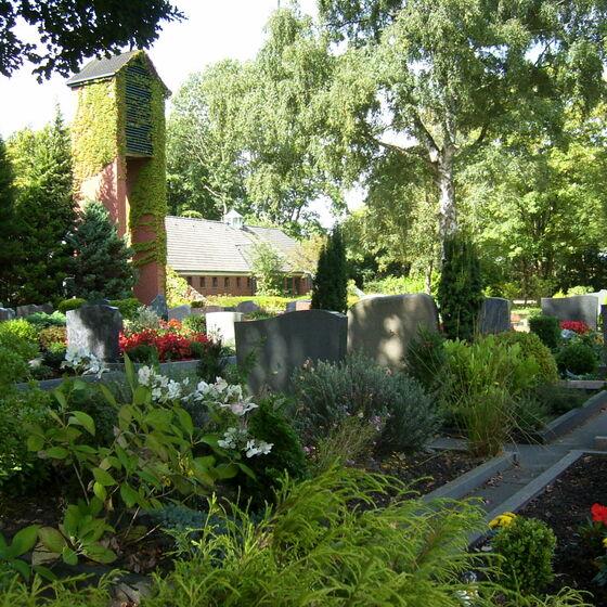 Gräber mit Glockenturm