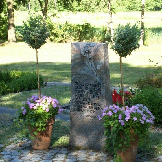 Stele mit Blumenschmuck