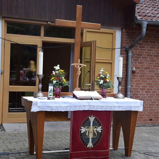 Der Altar vor dem Dorfgemeinschaftshaus in Wollershausen