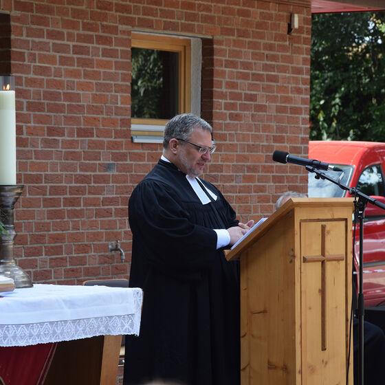 Pastor André Dittmann (2. stv. Superintendent) verabschiedet Pastor Edelmann