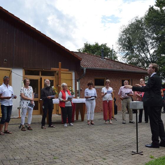 Mitglieder des ehemaligen Kirchenchores singen für Pastor Edelmann
