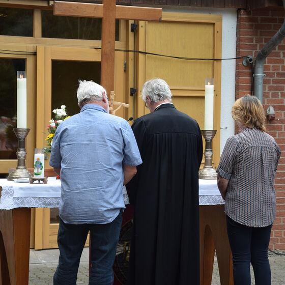 Volker Lange, Pastor Edelmann und Sylvia Tusche sprechen die Fürbitten