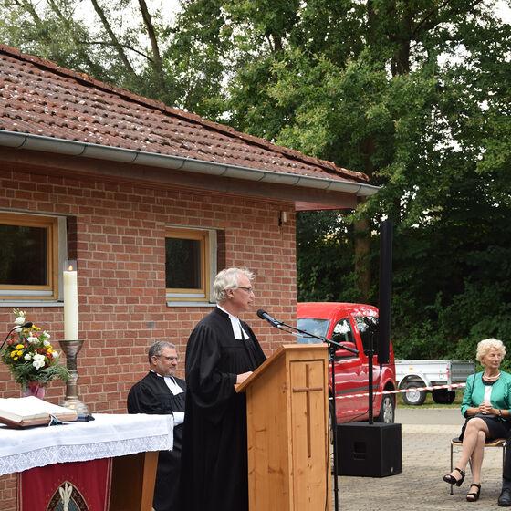 Pastor Edelmann bedankt sich für die Beiträge und Geschenke