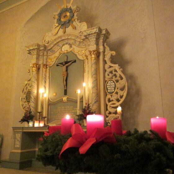 Altar und Adventskranz