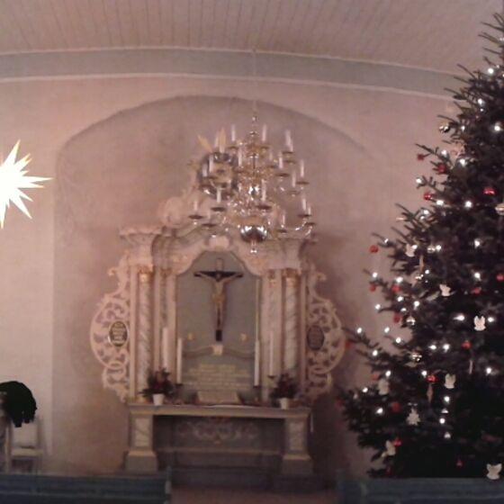 Panoramaaufnahme der Kirche mit Weihnachtsbaum - 2013