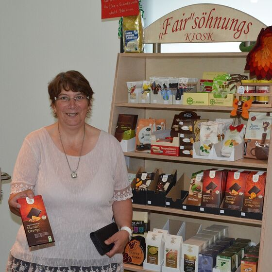 Küsterin Petra Beuke kümmert sich um den Fairsöhnungs-Kiosk