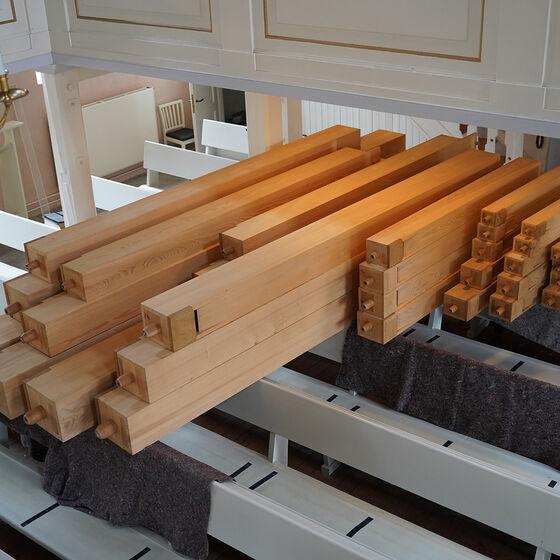 gereinigte Holzpfeifen auf den Sitzbänken