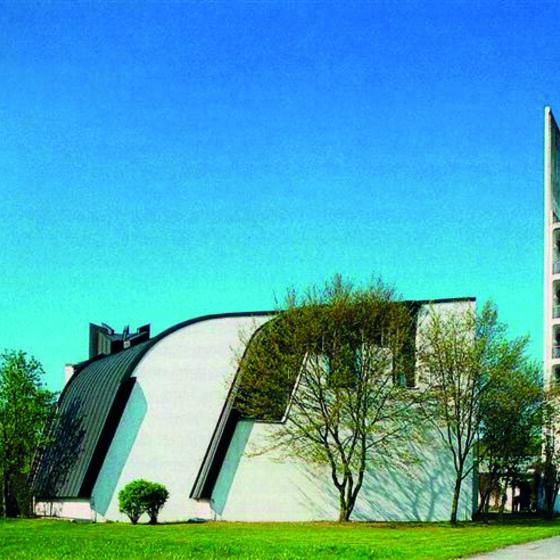 Kirche mit Turm von der Röntgenstr.