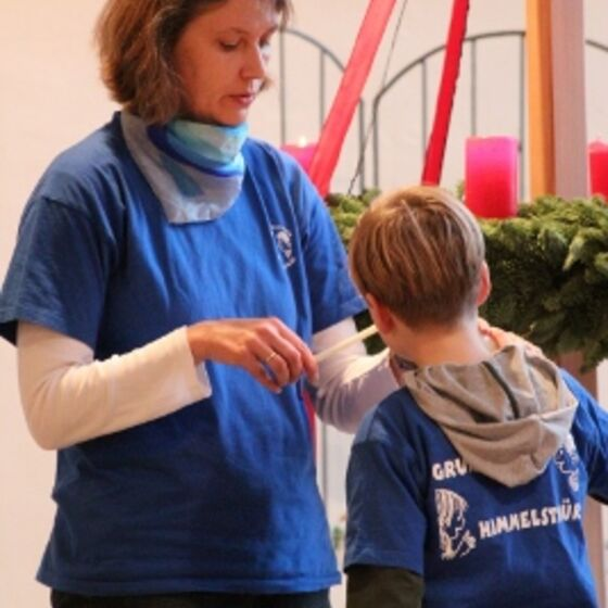 Frau Burgdorf zündet den Adventskranz (267x400)