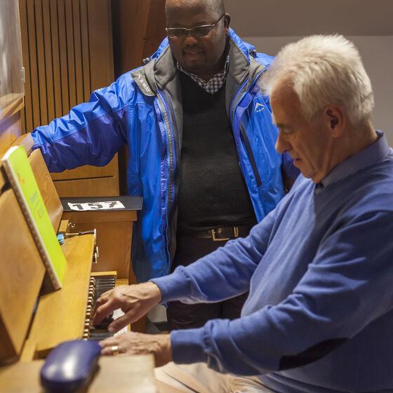 Gerd Kruse an der Orgel