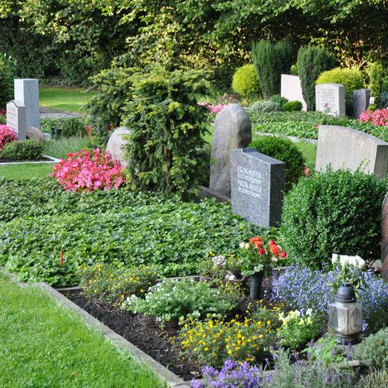 Blick auf eine Gräberreihe
