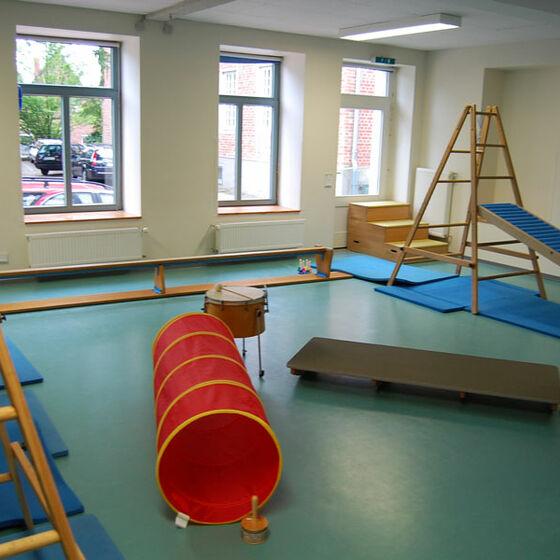 Der Bewegungsraum des Kindergartens mit einigen Spielgeräten.