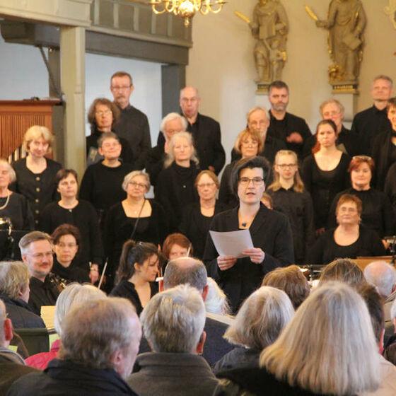 19:00 Uhr: Kirchenkreiskantorin Caroline Schneider-Kuhn begrüßt die Konzertbesucher/innen und gibt eine Einführung zum Programmablauf.