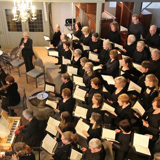 Die Scharmbecker Kantorei und das Orchester Capella Willehadi im Einsatz