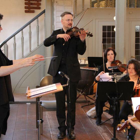 Erste Geige des Orchesters Capella Willehadi, Paul Bialek (Konzertmeister)