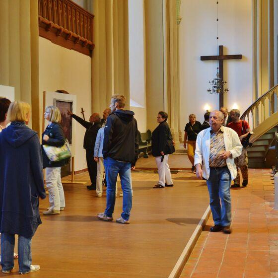 Die Besucher gingen in der Kirche auf Entdeckungsreise