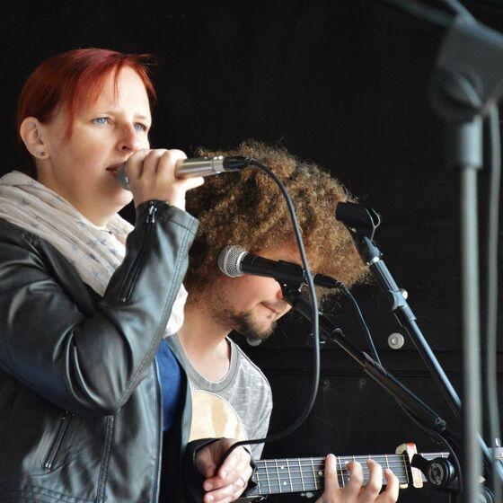 Melanie Mau und Martin Schnella bereicherten den Gottesdienst musikalisch