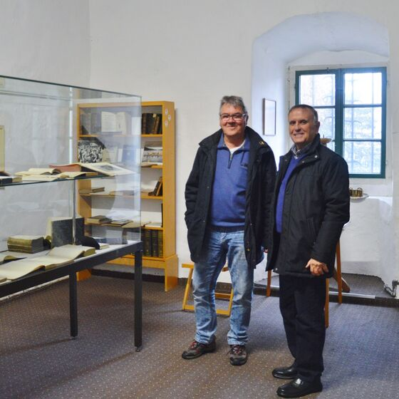 Michael Bohnert und Karlheinz Steinmann freuen sich über die Präsentation der Exponate